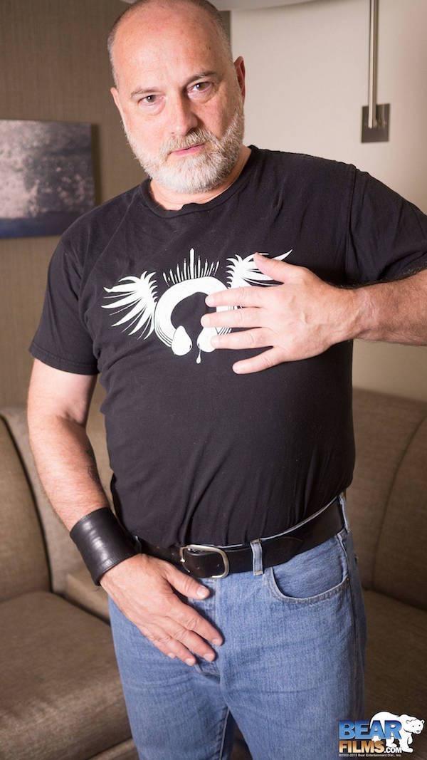 caresse téton sous tee-shirt