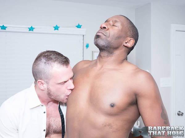 noir gay se fait sucer les tétons